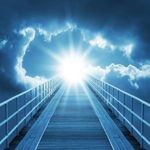 پلی به سوی آسمان و خدا در میان ابرهای منتهی شده به نور