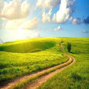 مسیر طولانی در دشت همراه با چشم انداز زیبا و آسمان و خورشید و ابر