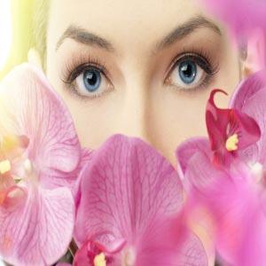 صورت یک زن احاطه شده با گل های ارغوانی