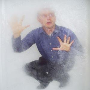 مردی در حال یخ زدن پشت شیشه