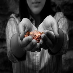 دختری در حال بخشیدن همه سکه های خود با دو دست